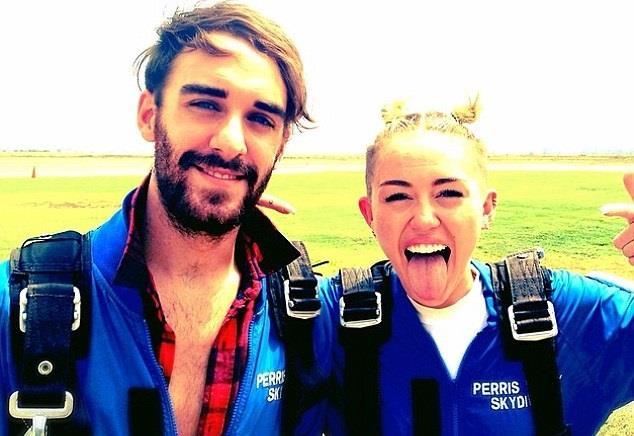Miley Cyrus con paracadute e lingua di fuori