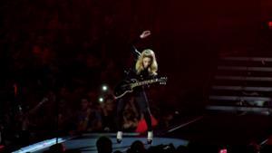 Madonna suona dal vivo durante un tour