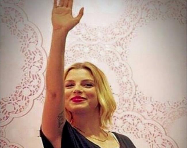 Emma Marrone con il braccio alzato che sembra un saluto fascista