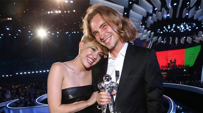 Miley Cyrus e Jesse Helt abbracciati