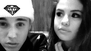Justin Bieber e Selena Gomez insieme in una foto in bianco e nero