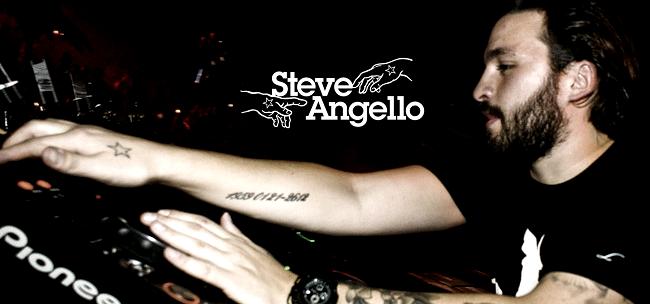 Steve Angello durante un live con il suo logo sullo sfondo