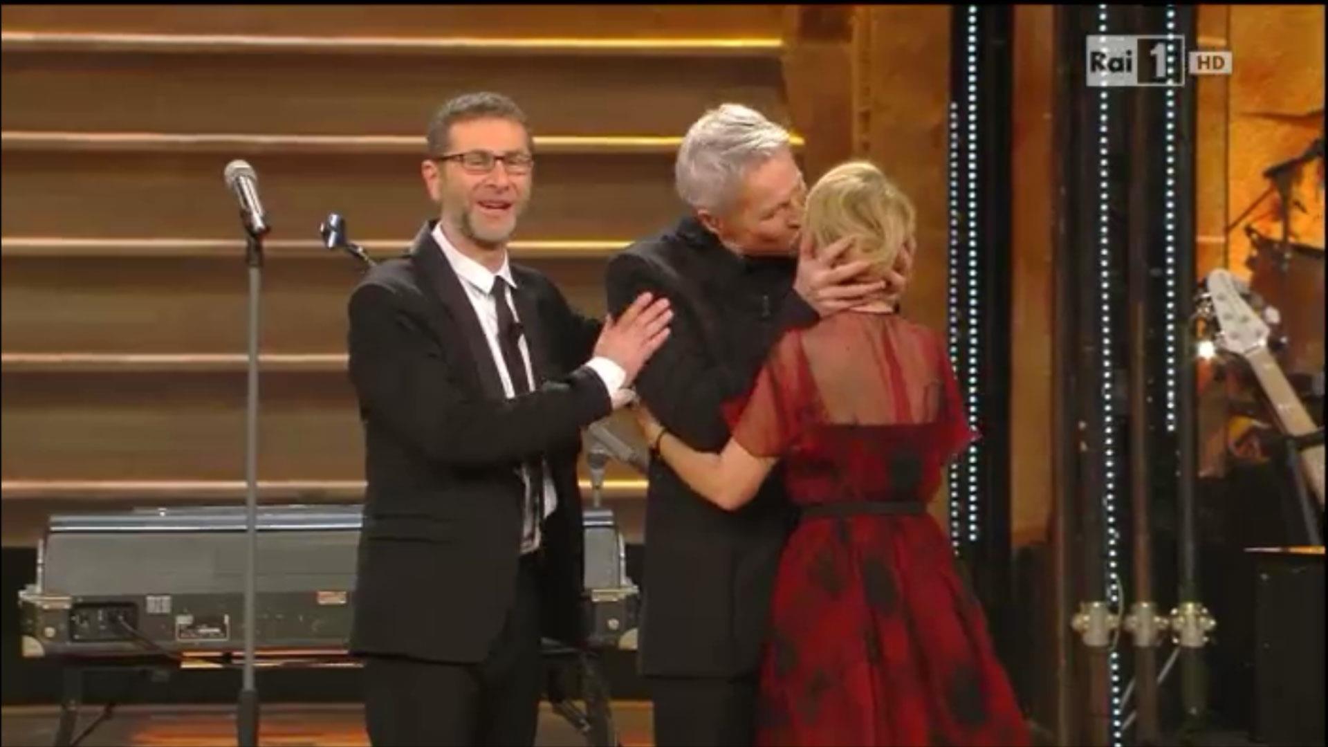 Claudio Baglioni saluta con un bacio Luciana Littizzetto a Sanremo 2014