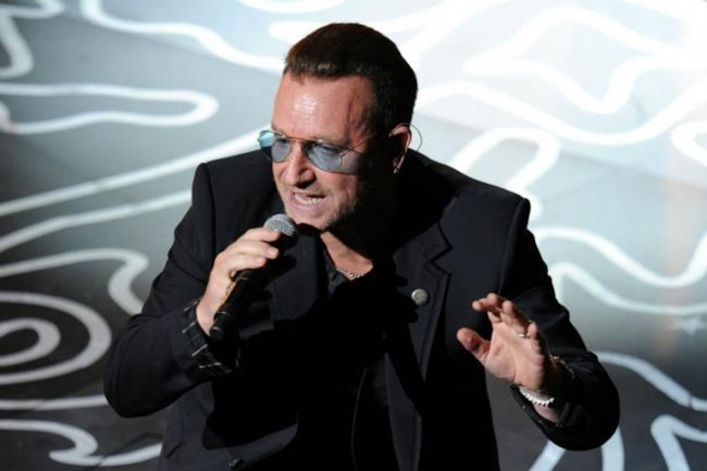Bono degli U2 con il microfono in mano