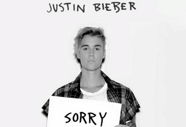 Justin Bieber con il cartello Sorry per promuovere il nuovo singolo