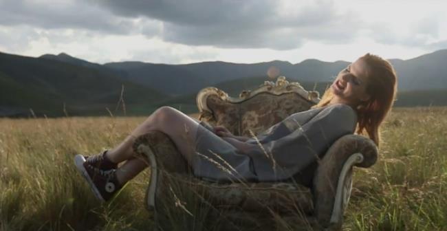 Chiara Galiazzo seduta sul divano in mezzo a un campo