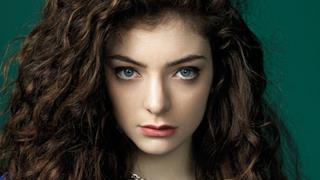 Lorde: capelli ricci, occhi azzurri e trucco perfetto