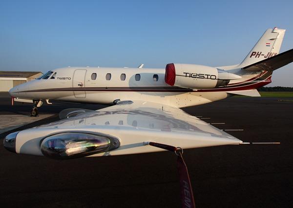 Tiesto e la sua postazione volante, un jet dotato della migliore strumentazione