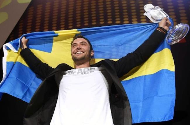 Måns Zelmerlöw con la bandiera della Svezia