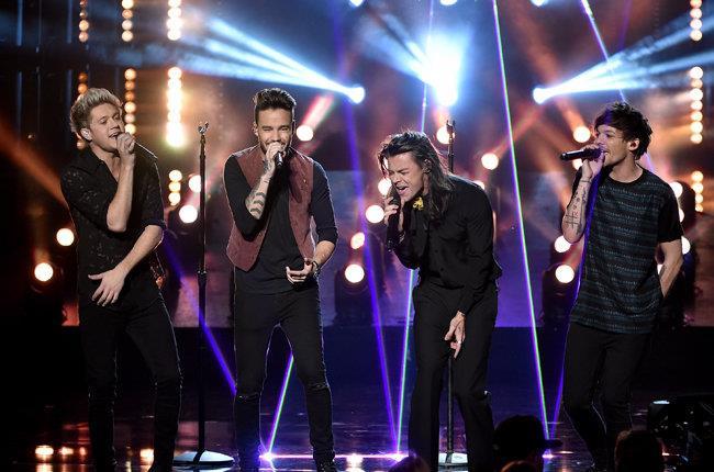 Gli One Direction sul palco degli AMA 2015