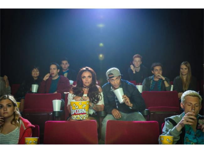 Jesy al cinema nel video di Love Me Like You