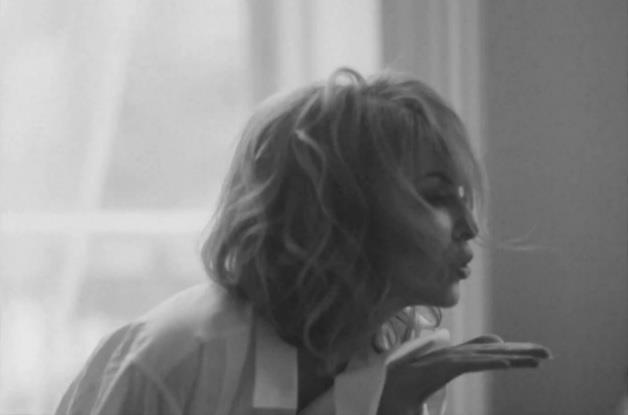 Kylie Minogue manda un bacio con la mano