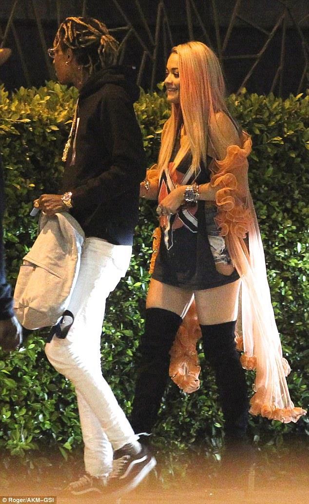 Rita Ora e Wiz Khalifa insieme al di fuori di uno studio di registrazione