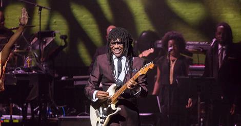 Nile Rodgers durante un'esibizione live