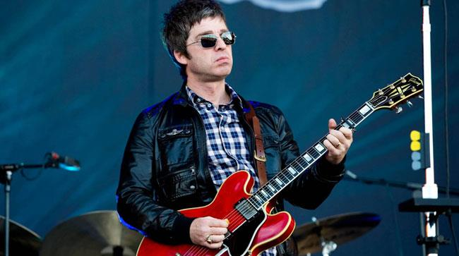 Noel Gallagher con la chitarra
