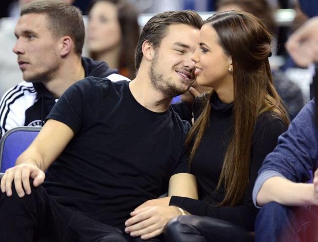 Liam Payne scherza con Sophia Smith durante una partita di pallacanestro