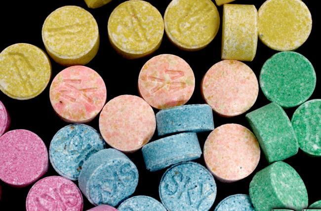 Pillole di ecstasy o mdma, di solito colorate per risultare più accattivanti