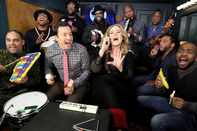Adele canta Hello con Jimmy Fallon e i The Roots
