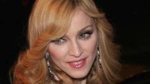 Madonna canta in un videoclip