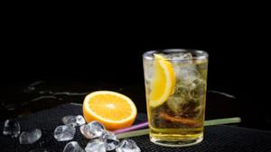 Una bevanda energetica mescolata con alcol