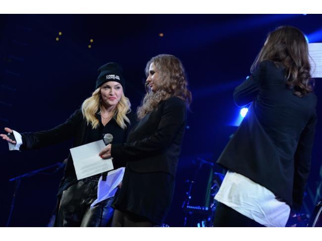 Maria pronta a parlare, mentre Madonna la guarda