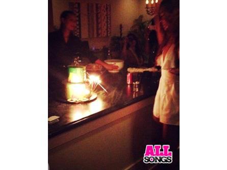 Compleanno di Rihanna   la torta | AllSongs