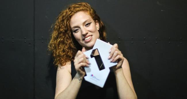 Jess Glynne con il premio number one dell'Official Singles Chart