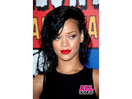 Rihanna - capelli neri mossi  e986a1721fff