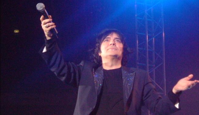 Renato Zero invita i fan a cantare