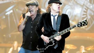 Brian Johnson e Angus Young