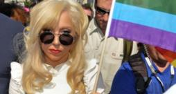 Lady Gaga con la bandiera arcobaleno, simbolo dell'orgoglio gay