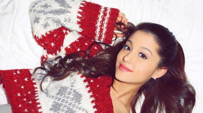 Ariana Grande con un maglione natalizio
