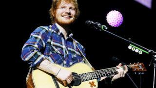 Ed Sheeran con la chitarra sul palco durante il tour di x