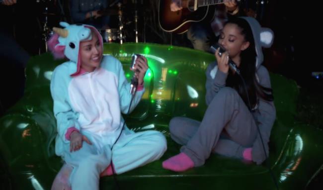 Miley Cyrus e Ariana Grande vestite da unicorno e topolino