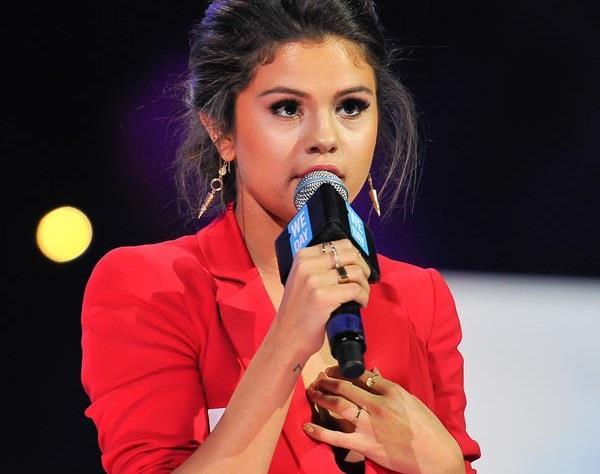 Selena Gomez con anello d'oro al dito