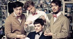I componenti dei Mumford & Sons vestiti da barbieri