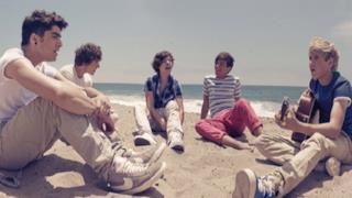 Gli One Direction cantano gli Oasis: ecco la cover di Wonderwall [VIDEO]