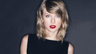 Taylor Swift con rossetto rosso fuoco