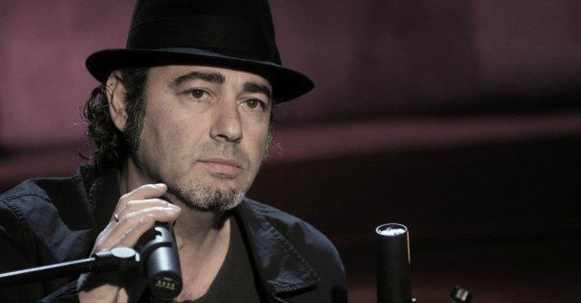 Luca Carboni canta al pianoforte