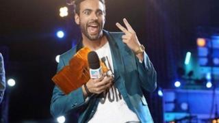 Marco Mengoni ritira un premio sul palco