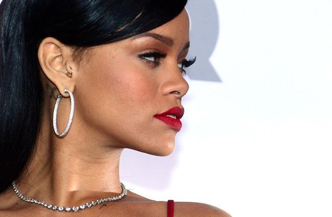 Rihanna profilo destro