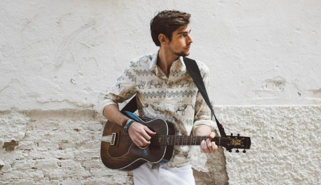 Alvaro Soler sulla copertina del singolo Agosto