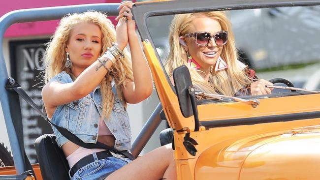 Britney Spears e Iggy Azalea in una scena del video di Pretty Girls