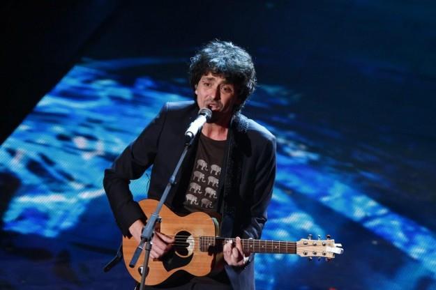 Riccardo Sinigallia sul palco dell'Ariston