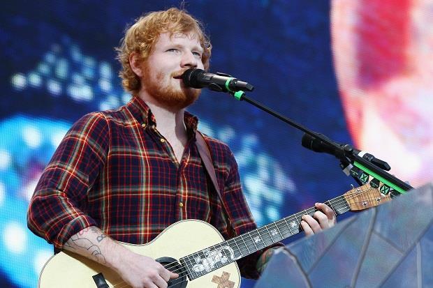 Ed Sheeran sul palco durante un concerto a Dublino