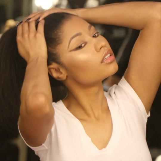 Nicki Minaj con maglietta bianca, poco trucco e capelli naturali