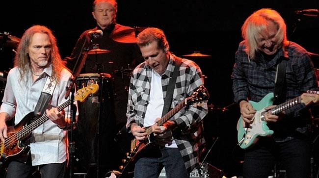 Gli Eagles suonano sul palco