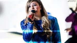 Eleonora sul palco di X Factor 9 canta Rino Gateano