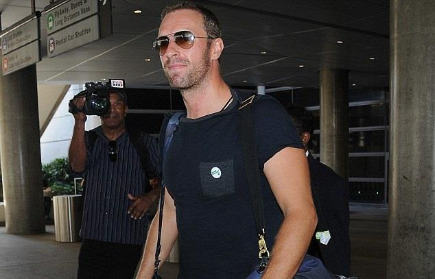 Chris Martin con borsone all'uscita dell'aeroporto