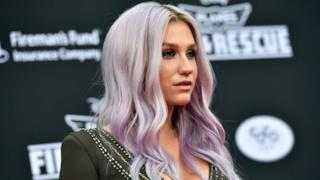 Kesha con i capelli viola